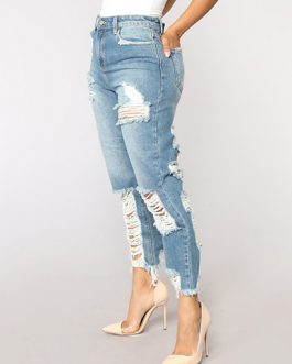Women Capri Length Distressed Denim Jeans